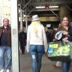 Prošetala je centrom grada potpuno gola, a niko se nije ni okrenuo za njom (VIDEO)