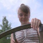 Djevojka iz Ljubije zarađuje koseći travu i cijepajući drva (VIDEO)