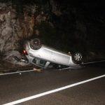 Automobil završio na krovu, dvije osobe povrijeđene