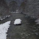 Fotografija zime koja je zabrinula sve: Zavejani automobil završio nasred reke u Bosni (FOTO)