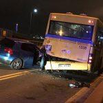 Sudar golfa, škode i autobusa! MLADIĆ (19) ŽIVOTNO UGROŽEN, još 5 povređenih!