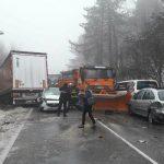 Nesreća kakva se ne pamti – sudar autobusa, šlepera, ralice i auta (FOTO)