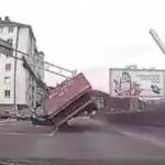 """""""Za dlaku"""" izbjegnuta katastrofa: Pogledajte kako je vozač kamiona srušio semafor (VIDEO)"""