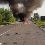 Automobil se zapalio posle sudara sa kamionom! Dve osobe povređene