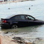 Strava na plaži u Splitu: BMW proleteo pored kupača i završio u moru (FOTO)