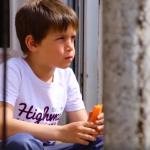 Mali Dragan (7) je heroj, svaki dan prelazi 60 km do škole: Živi u selu bez struje i vode, nema drugove, pa se igra sa životinjama (FOTO i VIDEO)