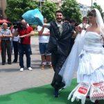 Mladoženja nosio odijelo od najlon kesa, a mlada vjenčanicu od otpadne hartije. Umjesto poklona, dobili su đubre (FOTO) (VIDEO)