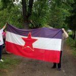 Prijedorčanin završetak gradnje kuće proslavio uz jugoslovensku zastavu (FOTO)