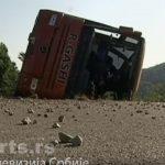 TEŠKA NESREĆA JUTROS U ZORU KOD KURŠUMLIJE: Ovako izgleda prevrnuti autobus, ima i povređenih (VIDEO)