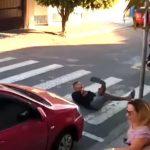 KRENUO PIŠTOLJEM NA DECU Majka upucala lopova ispred vrtića! (VIDEO 18+)