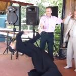 Kad ovaj pop povede kolo... svi se krste! (VIDEO)