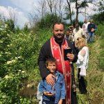 IŽIVLJAVANJE NE PRESTAJE Albanci napali sveštenika, suprugu i blizance, jedva izvukli žive glave