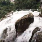 Neverovatan snimak vožnje po putu koji prolazi kroz vodopad (VIDEO)