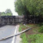 U mjestu Dobošnica kod Lukavca prevrnuo se kamion sa 20 tona uglja, vozač povrijeđen, put blokiran (FOTO)