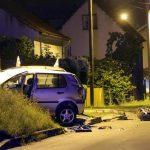 Automobil udario u kuću pa završio na krovu, poginuo 24-godišnjak, suvozač teško povrijeđen (FOTO)