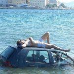 Ništa mu ne može pokvariti dan: Automobilom sletio u more, a onda se odlučio sunčati