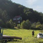 Audi nakon slijetanja završio na njivi pored puta u Rasavcima kod Prijedora