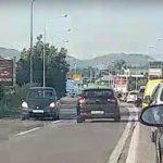 """KAMIKAZA ZA VOLANOM Žena s """"kijom"""" danima SIJE STRAH među vozačima (VIDEO)"""