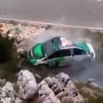 STRAVIČAN UDES U CRNOJ GORI Automobil udario u stijene U PUNOJ BRZINI, vozač samo pukom srećom nije povrijeđen (VIDEO)