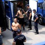 UHAPŠENI NAKON DIVLJANJA NA PUMPI Pogledajte kako policija kod Beograda sprovodi HULIGANE TORCIDE (VIDEO)