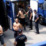 EKSKLUZIVNI VIDEO SNIMAK Pogledajte kako policija sprovodi HULIGANE TORCIDE bez majica nakon DIVLJANJA U VRČINU (FOTO, VIDEO)