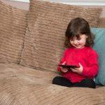 Djeca NE UMIJU da govore, RAZDRAŽLJIVA SU i ne odazivaju se kad im se obratite, a za sve je kriva JEDNA STVAR: Evo kako to da promjenite