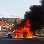 VATRA PROGUTALA AUTOMOBIL Vozač samo čudom prošao bez povreda (VIDEO)