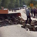 Sudar kamiona i automobila kod Mostara: Drva za ogrjev blokirala saobraćaj, IMA POVRIJEĐENIH