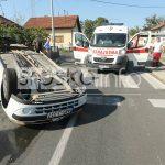 ZA DLAKU IZBJEGNUTA TRAGEDIJA Automobil se prevrnuo na krov, majka i beba prošli bez povreda