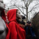 Golim grudima na policiju: Ove djevojke na protestima nisu nosile žute prsluke, evo šta predstavljaju
