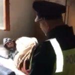 """URNEBESAN """"OBRAČUN"""" Migranti u Bihaću zauzeli privatnu kuću, policija ih tjerala (VIDEO)"""