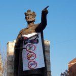 100 ODSTO TAKSI, NULA ODSTO SLOBODE! Na spomeniku knezu Lazaru u severnoj Mitrovici osvanula moćna poruka!