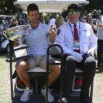 Šetaj Nole sedmu titulu: Đoković proneo pehar po Melburnu, pravio selfije sa navijačima, ležao na travi (FOTO)