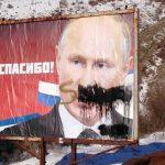 Vojnici KFOR-a uništavaju bilborde sa Putinovim likom na Kosmetu (FOTO)