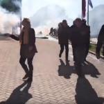 OPŠTI HAOS U ALBANIJI Demonstranti probili policijski kordon, lete Molotovljevi kokteli! Traže Raminu ostavku! (VIDEO)