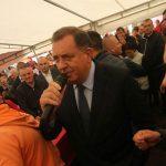 "MIKROFON NE KORISTI SAMO ZA GOVORE Dodik na zabavi žena SNSD zapjevao ""Romaniju"" (VIDEO)"