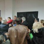 Eskalirali sukobi u prijedorskom SDS-u: Tuča partijskih kolega (VIDEO)