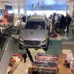 PARKIRANJE IZAZVALO HAOS Automobil pri velikoj brzini udario u TRŽNI CENTAR (FOTO)