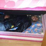OVOM PRIZORU SE MALO KO NADAO: Migrant provalio u kuću, pa našao veoma čudno mjesto za spavanje (FOTO)