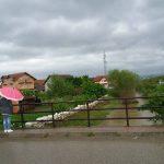 STRAH OD PONOVNOG IZLIJEVANJA U Vrbicama postavljena dva nasipa uz rijeku (FOTO)