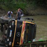 SREĆA U NESREĆI Nije povrijeđen vozač kamiona koji je upao u korito rijeke Spreče