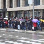 ŽELJA ZA ODLASKOM JAČA OD MINUSA Stotine građana po kiši čeka papir za BIJEG IZ BiH (VIDEO)