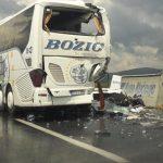 UŽAS NA AUTOPUTU Vozač kamiona poginuo u sudaru s autobusom iz Bijeljine, povrijeđeno je 8 putnika