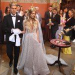 DUBOKI DEKOLTE ISPRED IKONA I SVIJEĆA Da li srpske ljepotice krše crkvena pravila? (FOTO)