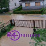 Usljed jakog nevremena zaplavljene kuće i putne komunikacije u naselju Čejreci (FOTO)
