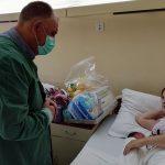 U prijedorskom porodilištu uručeni pokloni za bebe rođene na Vidovdan