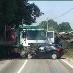 Sudar dva automobila i kamiona, poginula jedna osoba
