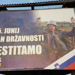 Neumesan bilbord u Sloveniji: Slave dan državnosti slikom vojnika JNA koji se predaje (FOTO)