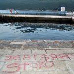 ODRAZ PRIMITIVIZMA Uvredljiva poruka za Srbe na molu u Đenovićima