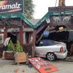 Teška saobraćajka u Zrenjaninu: Kolima uleteo u kafić, troje u Urgentnom (FOTO i VIDEO)